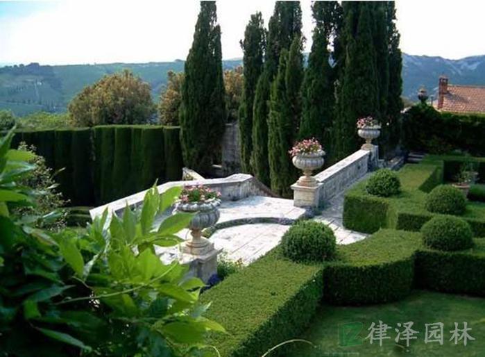 植物设计,在整体欧式别墅庭院景观构建上有着极其重要的地位.